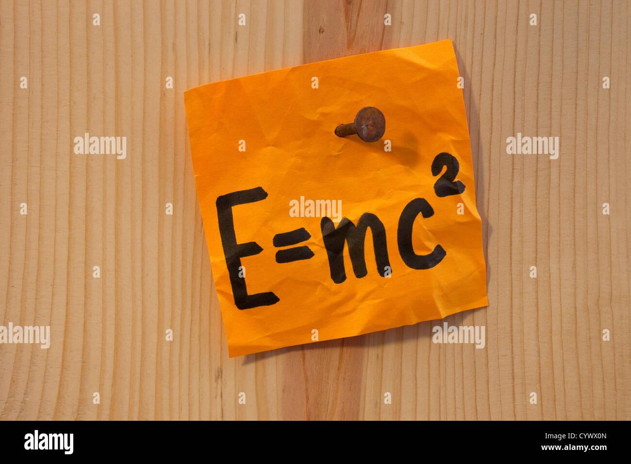 Albert Einstein bekannte physikalische Formel beschreiben Äquivalenz von Materie Masse und Energie Stockfoto