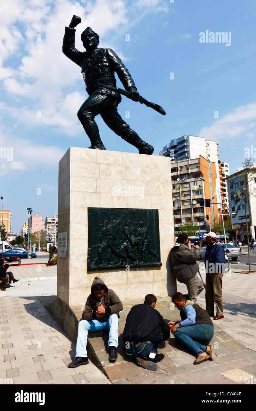 Arbeitslose Menschen versammeln sich um den unbekannten Soldaten Denkmal warten auf ein Stellenangebot. Tirana, Stockfoto