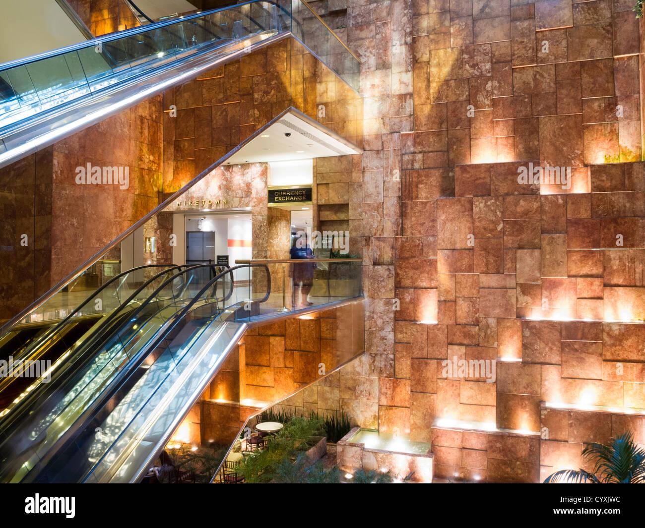 Bureau De Exchange New York : Öffentlichen raum atrium trump tower new york stockfoto bild