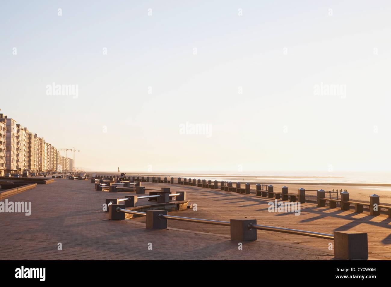 Belgien, Oostende, Blick auf Hochhaus an Nordsee Stockbild