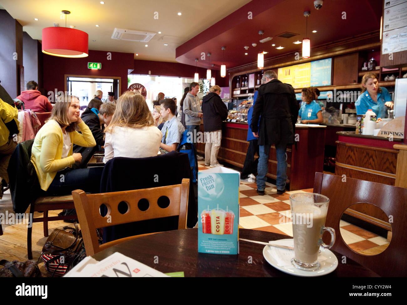 Interieur der Costa Coffee bar, City Center, Bath, Somerset UK Stockfoto