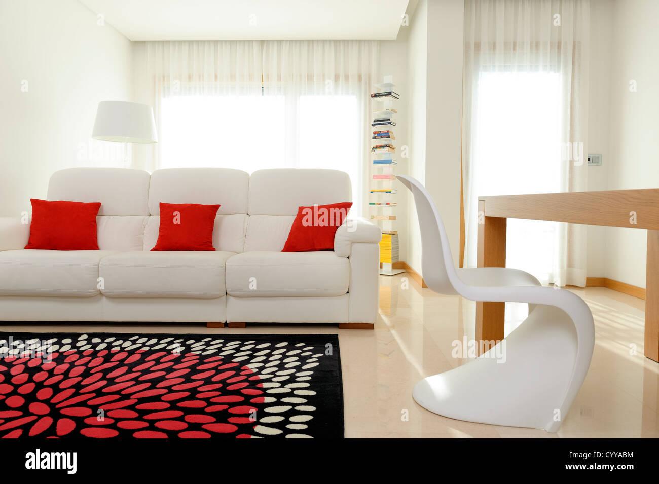 Uberlegen Wohnzimmer Mit Weißen Sofa, Esstisch Und Vitra Verner Panton Chair
