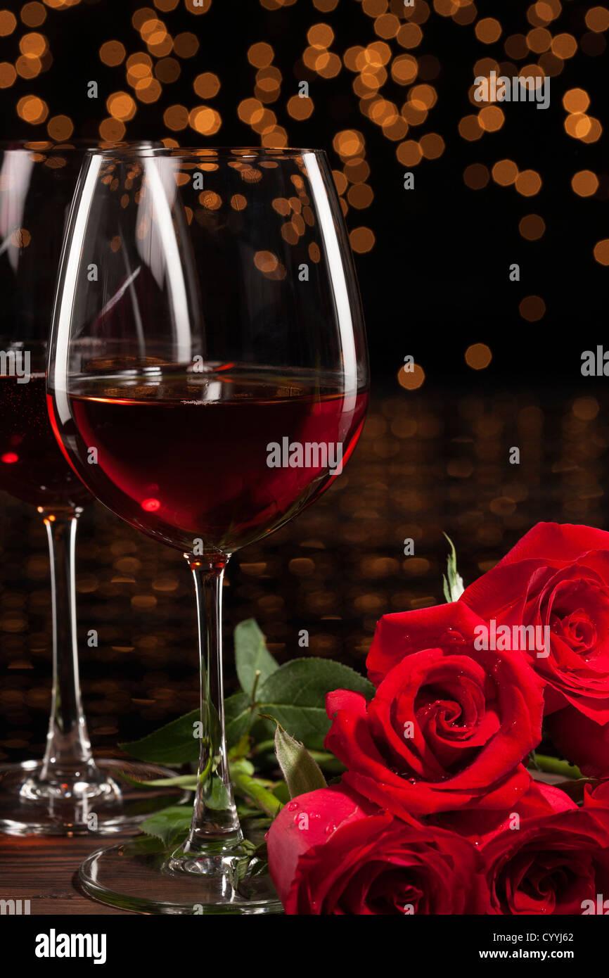 Romantische Rotwein und Rosen Stockfoto