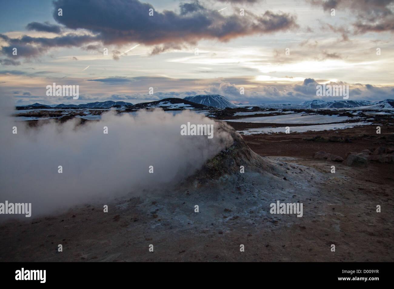 Dampfende Fumarolen im Hverir, Namafjall in Nordisland (Krafla-Gebiet) Stockbild