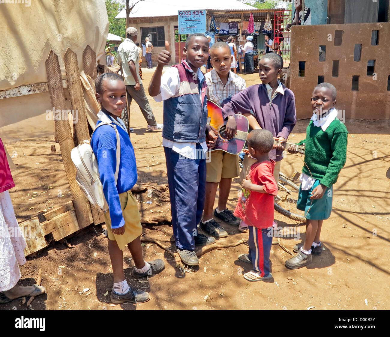 kinder waise jugendliche in armut in tansania ost afrika afrika zu l cheln und spielen im. Black Bedroom Furniture Sets. Home Design Ideas