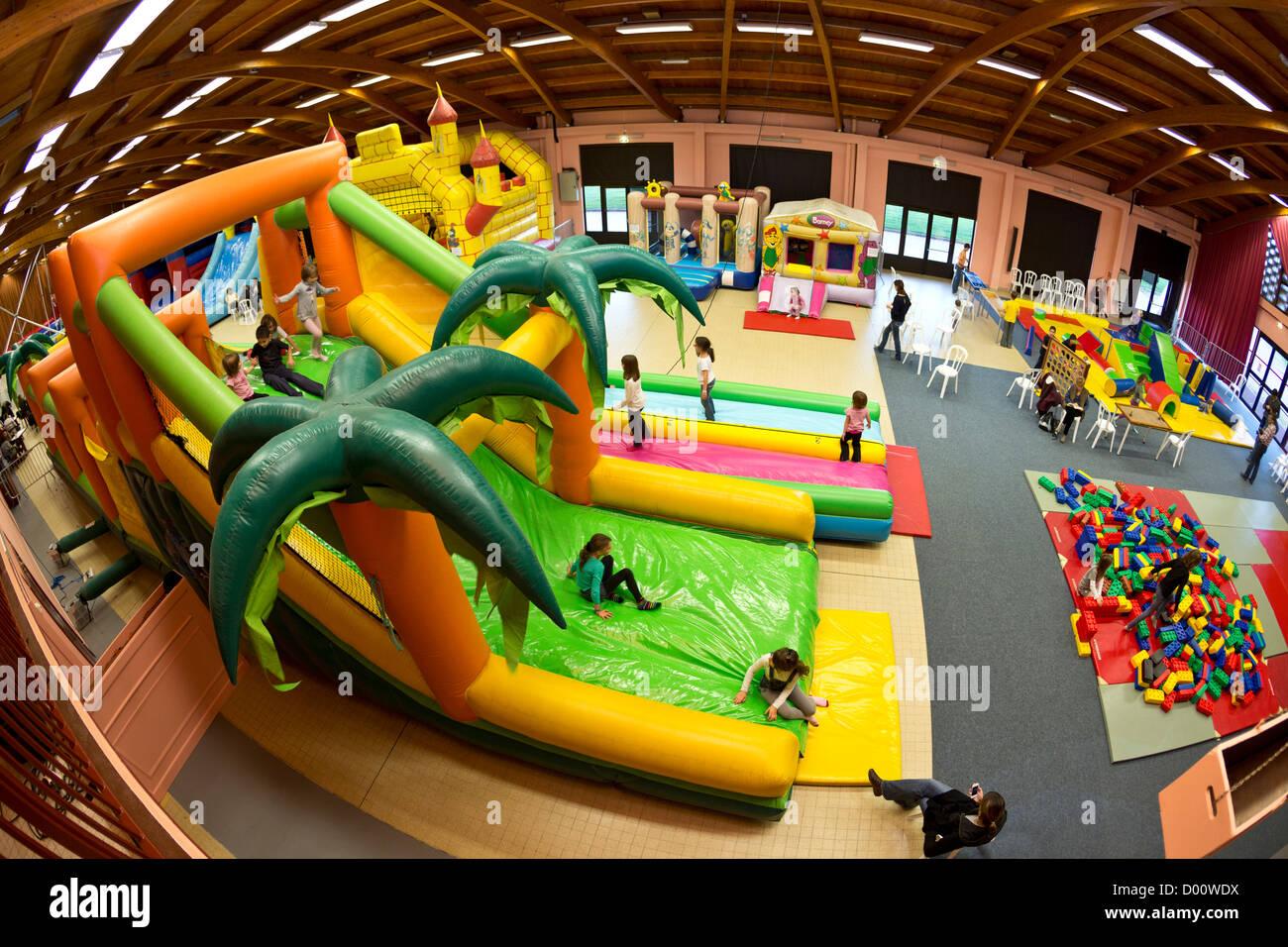 Aufblasbare Strukturen (Hüpfburg Typ) für Kinder in einem indoor Kirmes. Stockbild