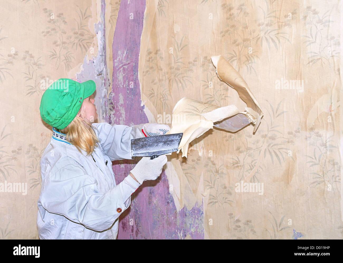 Tapete Reparieren frau arbeiter tapete entfernen durch renovierungs spachtel zu