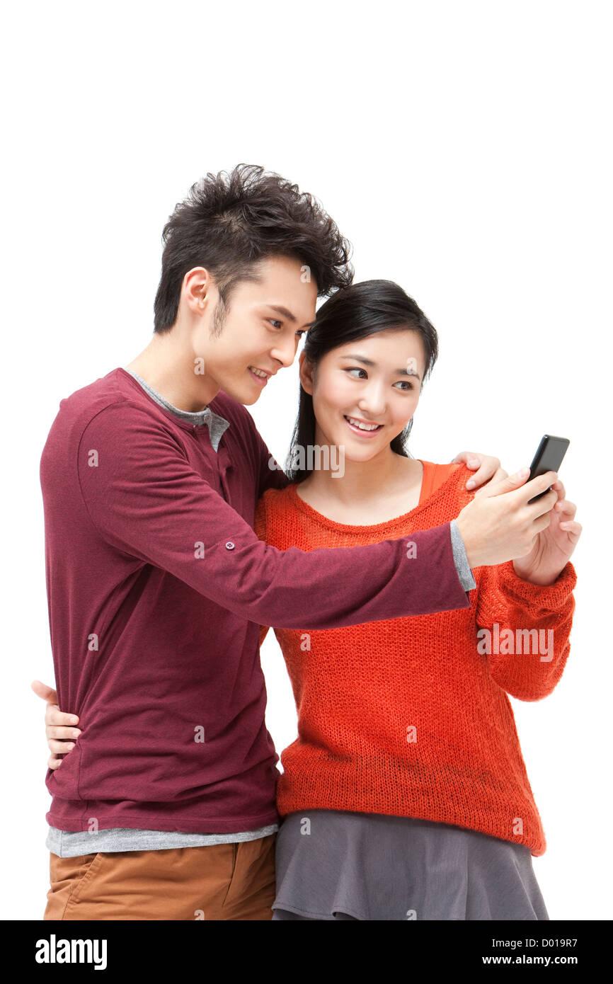 Süße junge Paar mit Smartphone in Chinese New Year Stockfoto, Bild ...