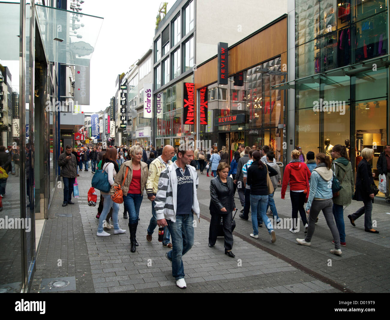 shopping street cologne germany stockfotos shopping street cologne germany bilder alamy. Black Bedroom Furniture Sets. Home Design Ideas