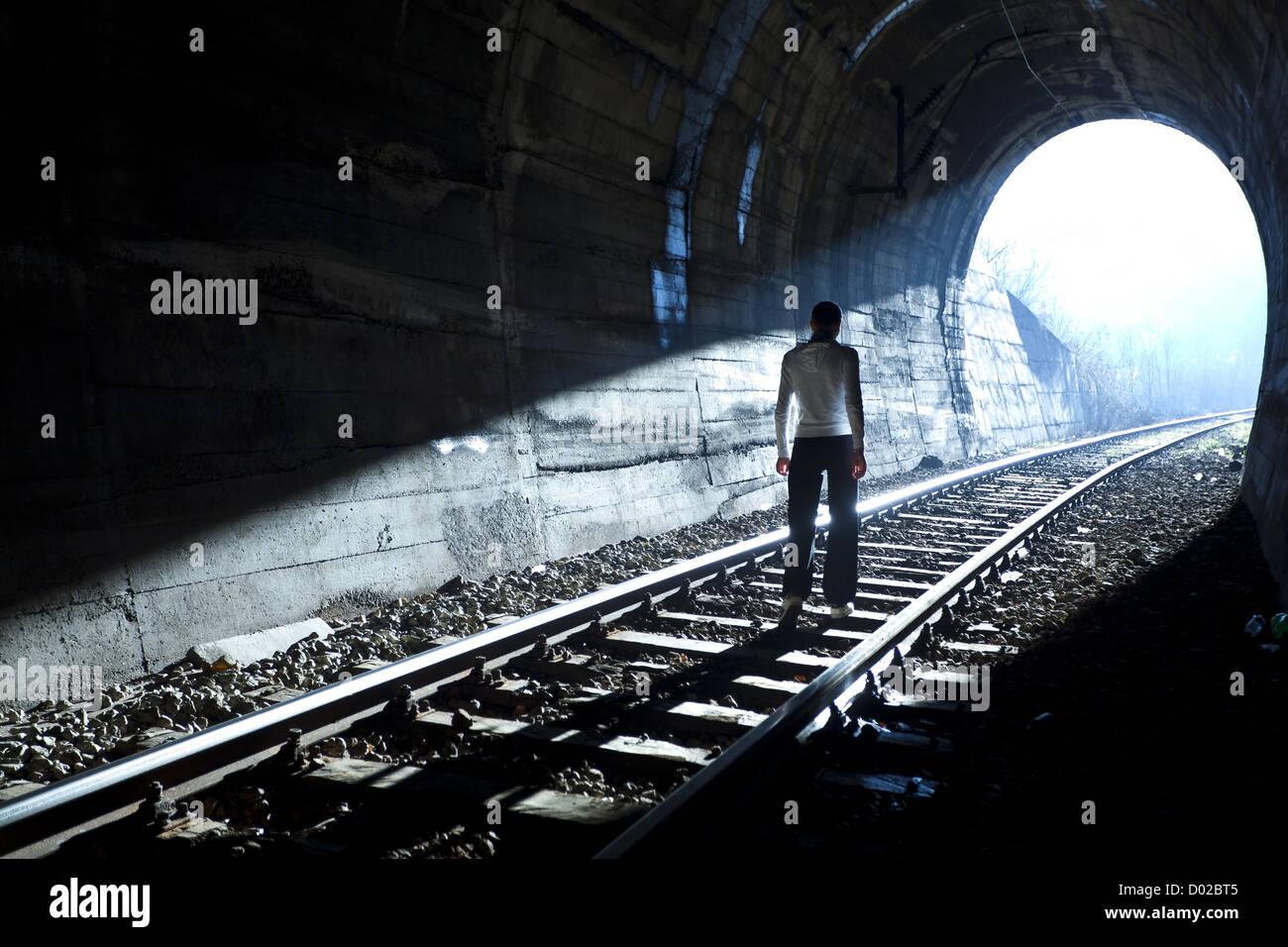 Ausfahrt aus dunkel - Licht am Ende des Tunnels Stockbild