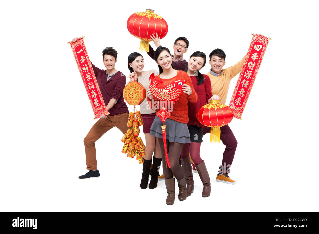 Fröhliche junge Freunde mit Dekorationen in Chinese New Year ...
