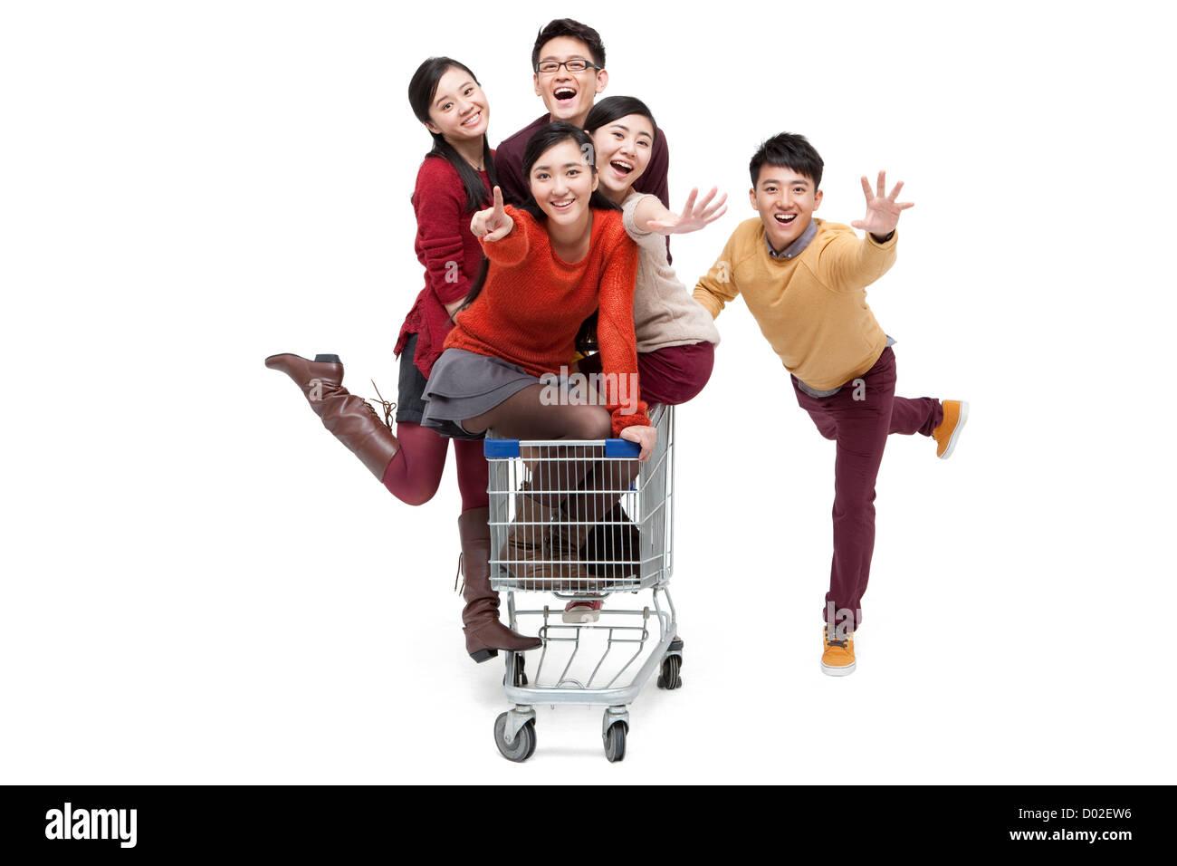 Begeistert junge Freunde mit Einkaufswagen in Chinese New Year ...