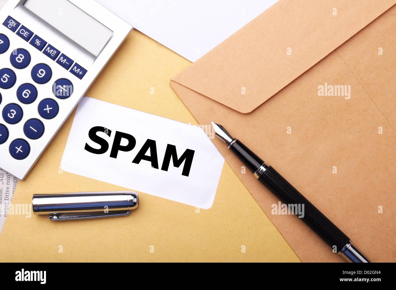 Spam-Mail oder e-Mail-Konzept mit Wort auf evelope Stockbild