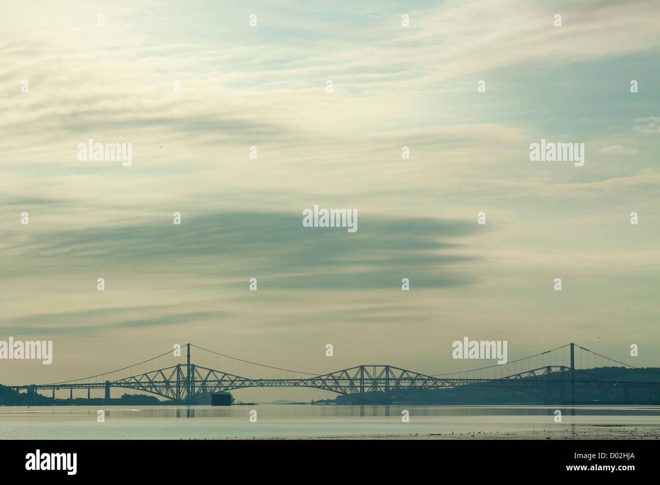 Die Forth Road Bridge, die Forth Rail Bridge und den Firth of Forth aus Schwärze, Lothian Stockfoto
