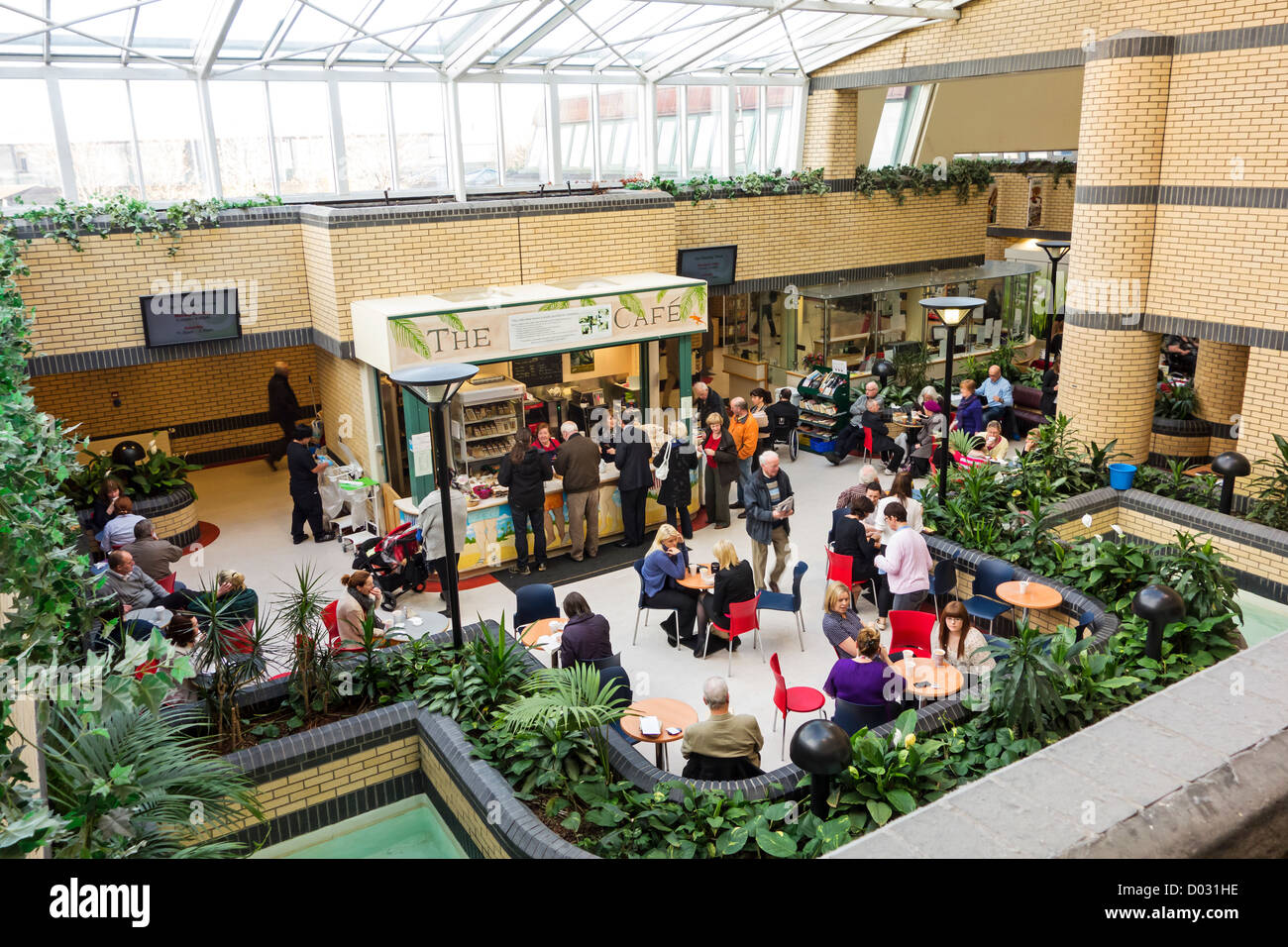 Die Café-Bereich des Atriums in Tallaght Hospital, Tallaght Dublin, Irland Stockbild