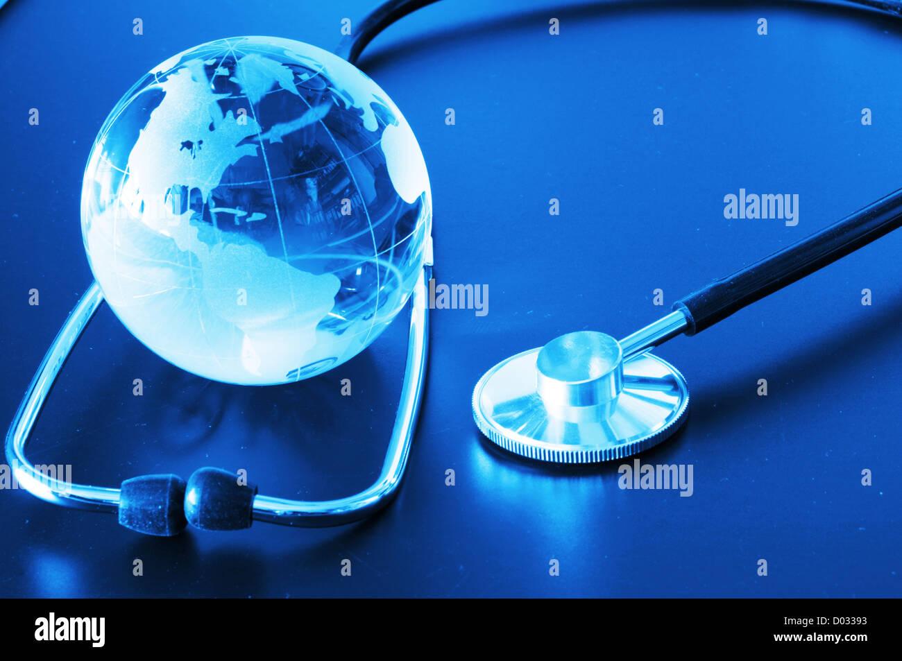 Ökologie-Öko-Umwelt oder Globaltemperaturanstiegbegriff mit Glaskugel und Stethoskop Stockbild
