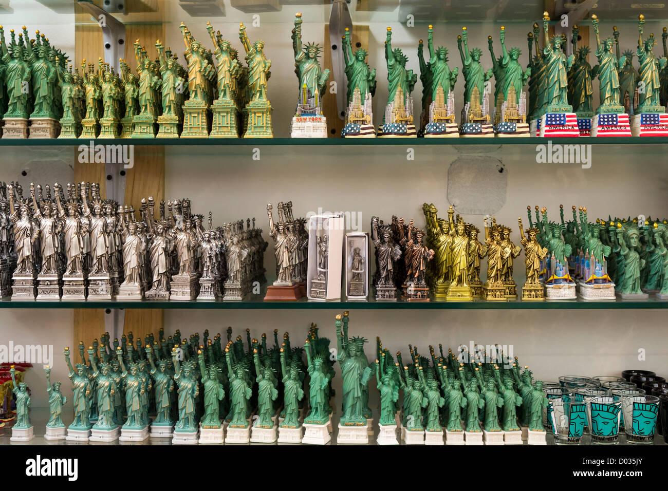 Verschiedene Arten von Kopien der Statue of Liberty in einen Souvenir-Shop in New York Stockfoto