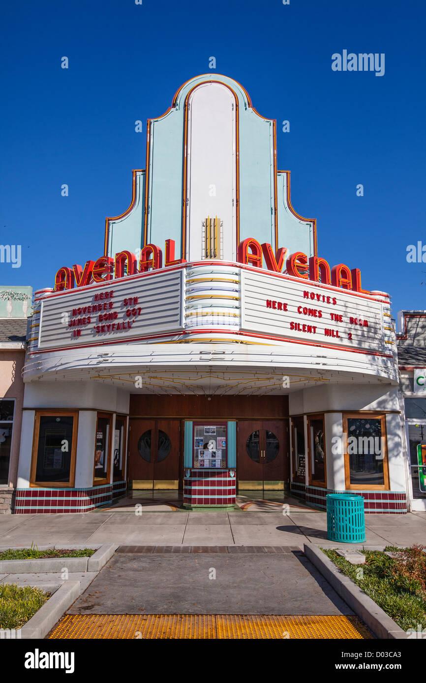 Das Art-Deco-Kino in Avenal, Kalifornien, einen gut erhaltenen Exterieur und Festzelt. Stockbild