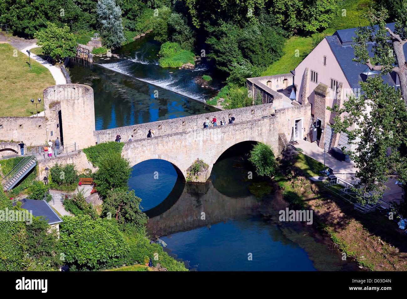 Blick auf eine alte Steinbrücke, die Stadt Luxemburg in Luxemburg Stockbild