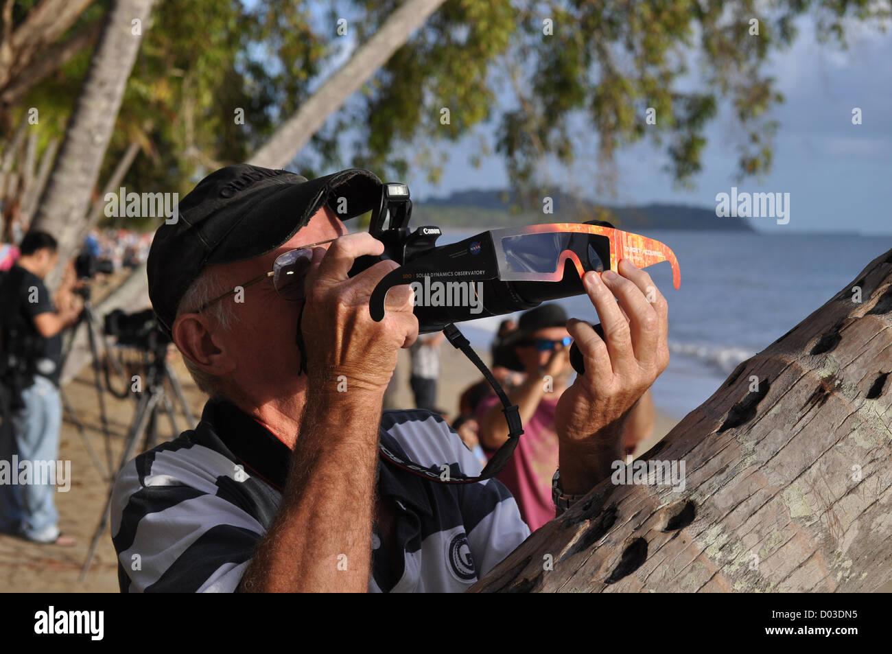 Als Zuschauer beobachtet die totale Sonnenfinsternis als es quer durch die Nordspitze von Australien 13. November Stockbild