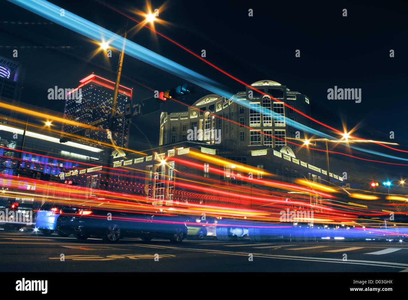 Bunte Stadt Nacht mit Lichtern der Autos Bewegung verwischt in Taipei, Taiwan, Asien. Stockbild
