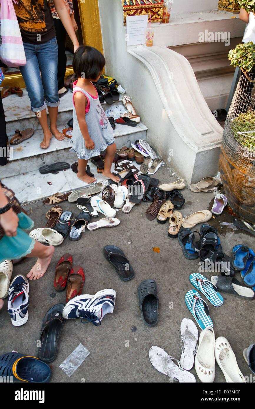 pretty nice e4513 60bfc Schuhe vor ein buddhistischer Tempel in Bangkok, Thailand ...