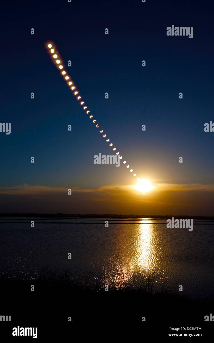 Timelapse Mehrfachbelichtung der ringförmigen Sonnenfinsternis am 20. Mai 2012, in Sacramento Valley in Kalifornien Stockbild