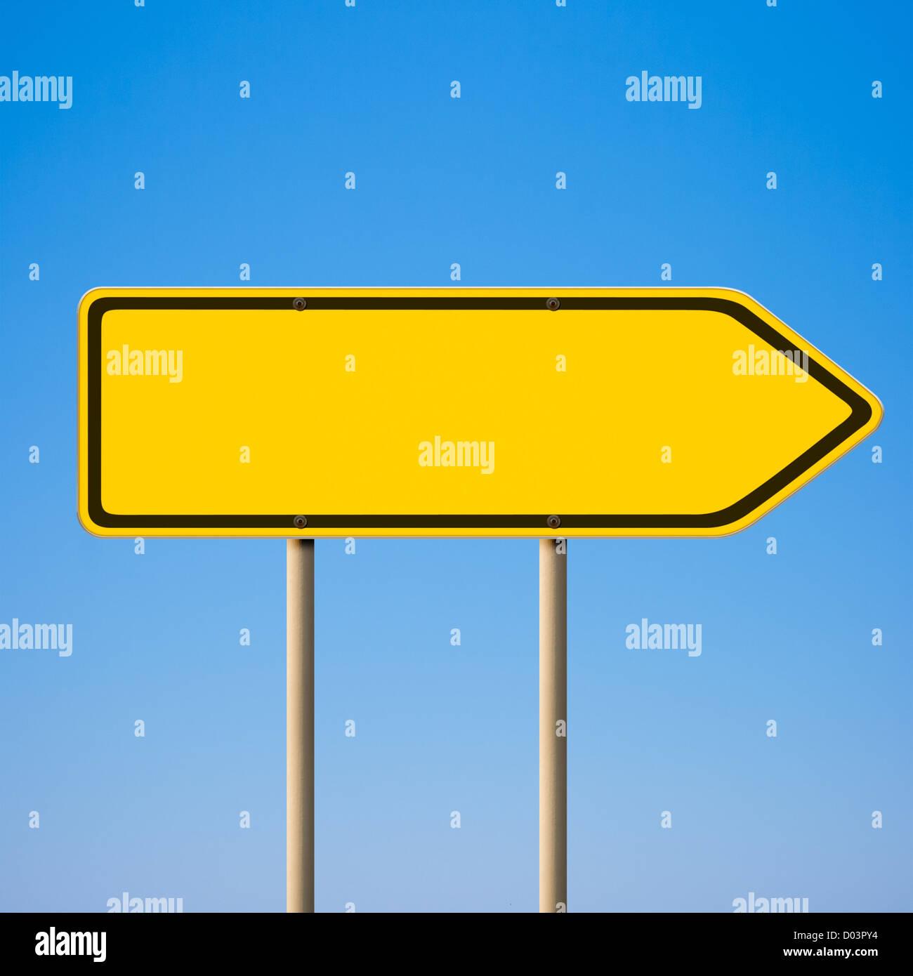 Leere gelbe Schild Richtung Zeiger nach rechts gegen blauen Himmel ...