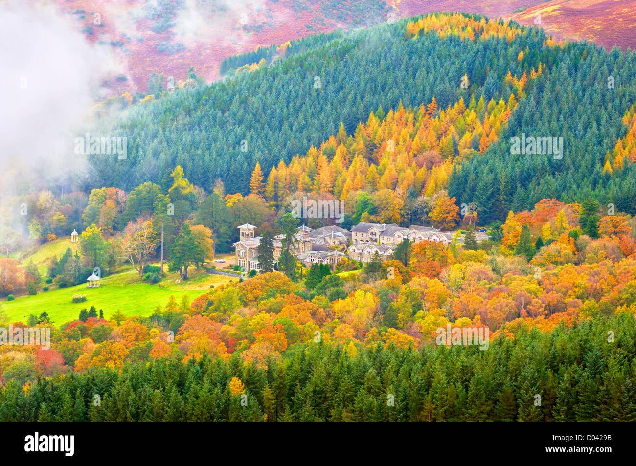 Blick vom Latrigg des Grad II aufgeführten Underscar Manor in Herbst, Keswick, Lake District, Großbritannien Stockbild