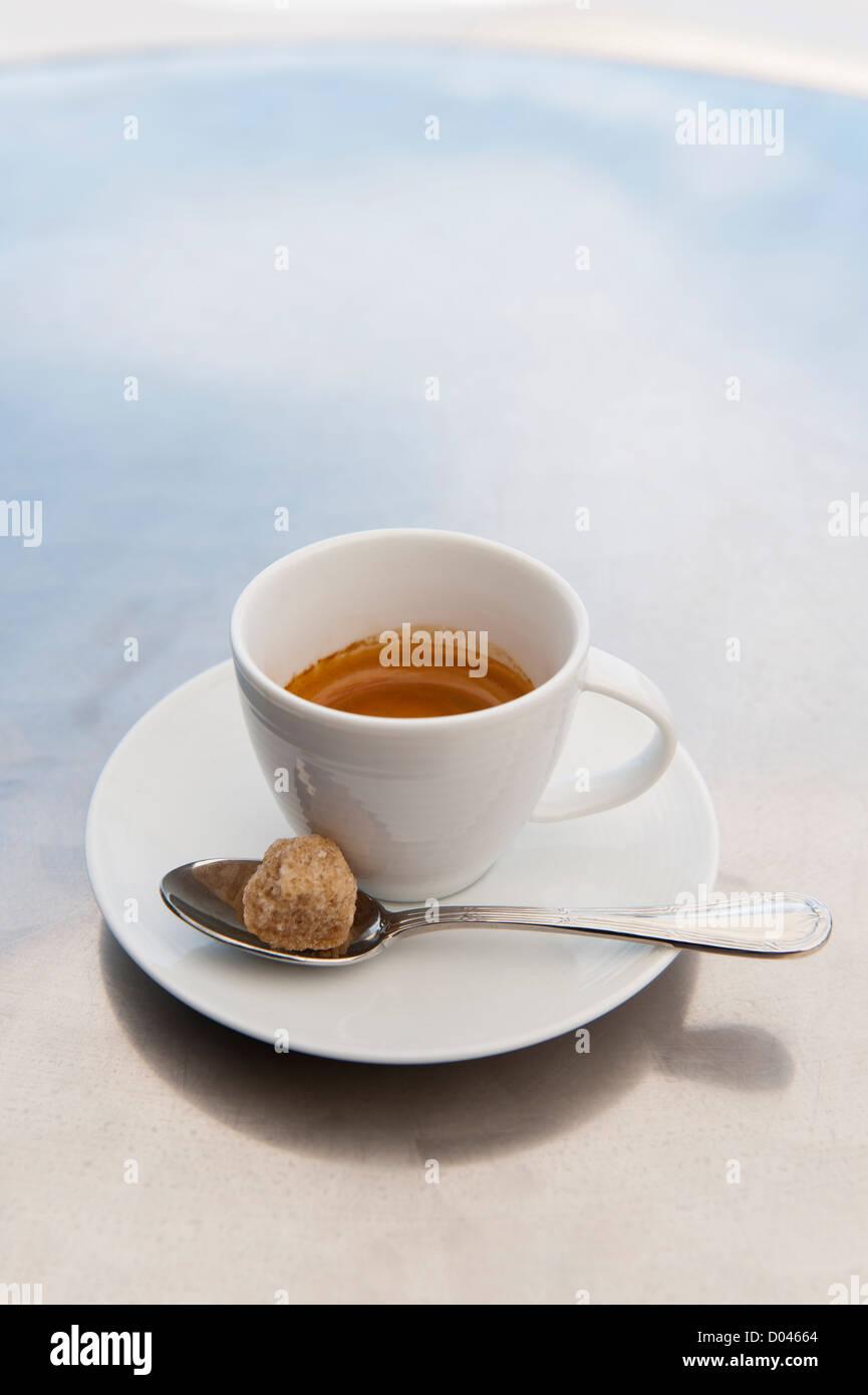 Tasse Espresso mit braunem Zucker Klumpen Stockbild