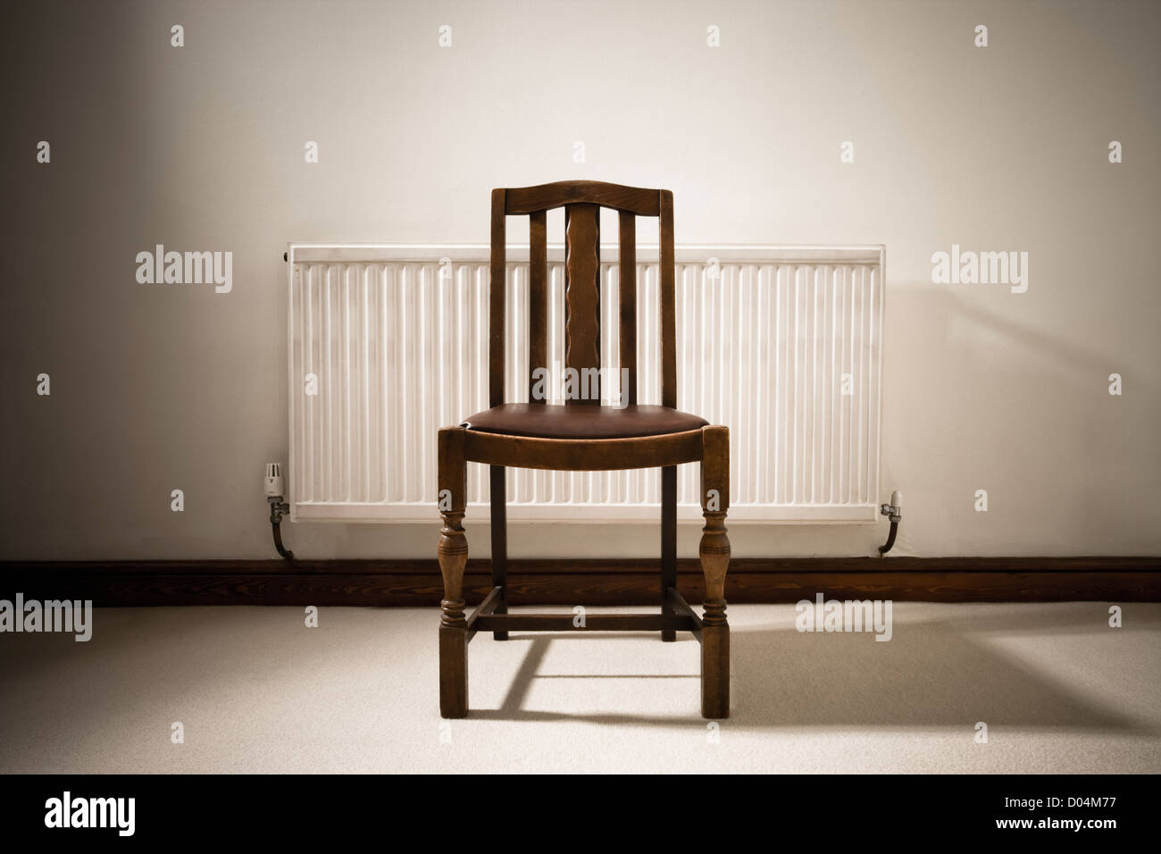 Stuhl und Heizkörper. Stockbild
