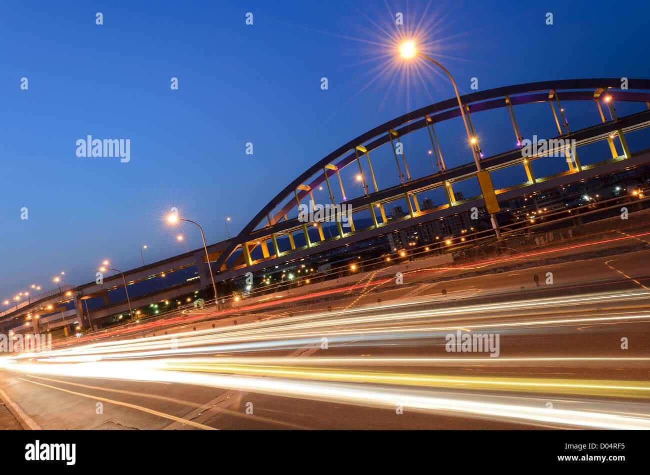 Stadtverkehr Landschaft mit abstrakten Autos Licht in der Nacht in Modem Stadt. Stockbild