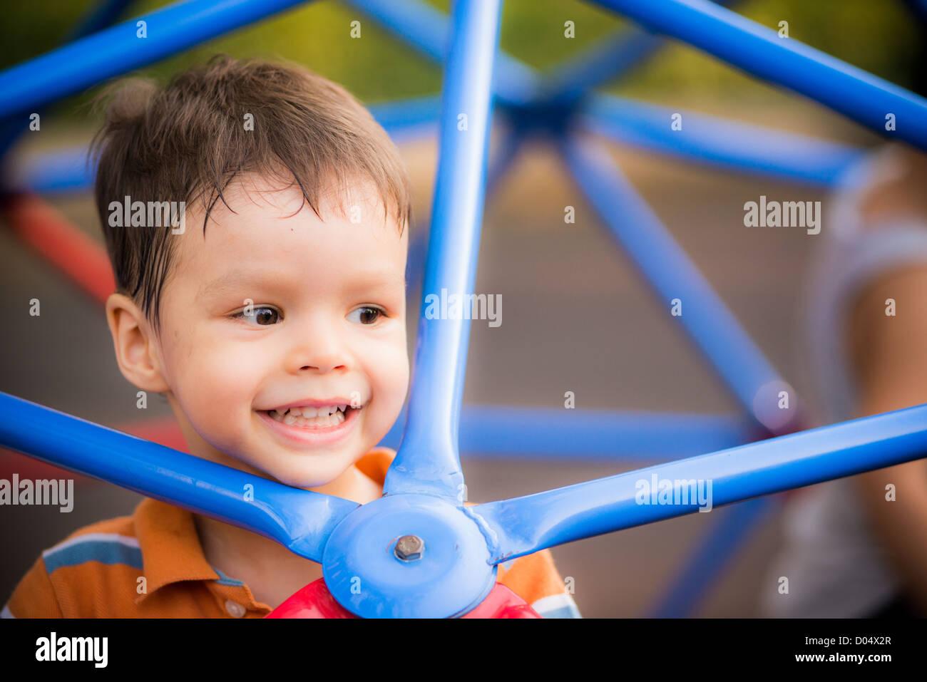 Klettergerüst Für 2 Jährige : Ein fröhlicher jährige junge spielt auf blauen klettergerüst in