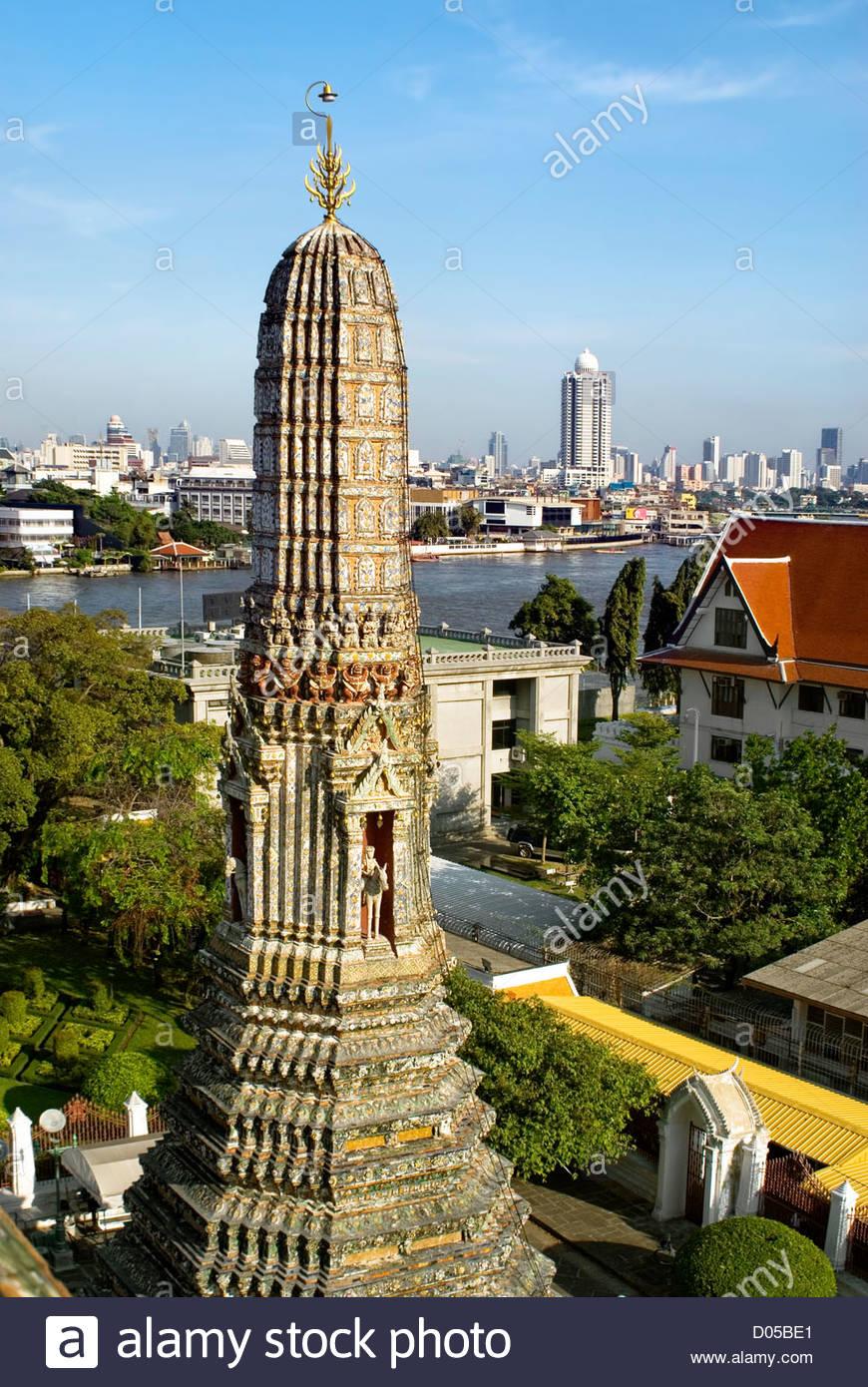 Blick vom Wat Arun (Tempel der Morgenröte) über den Chao Phraya River in Bangkok, Thailand Stockbild