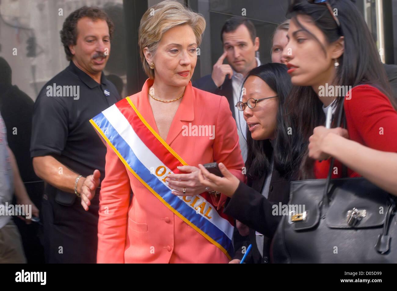 Senatorin Hillary Clinton, begleitet von Huma Abadin, spricht mit Reportern, da sie den Labor Day Parade verlässt. Stockbild