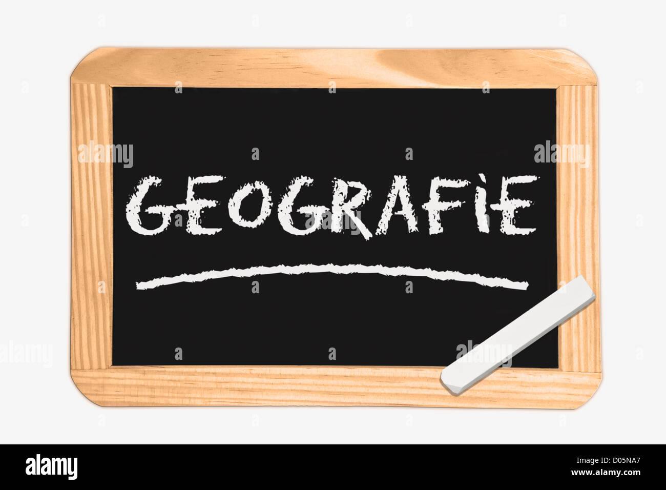 Detail-Foto von einer Tafel mit deutscher Inschrift Geographie, weiße Kreide liegt in einer Ecke Stockbild