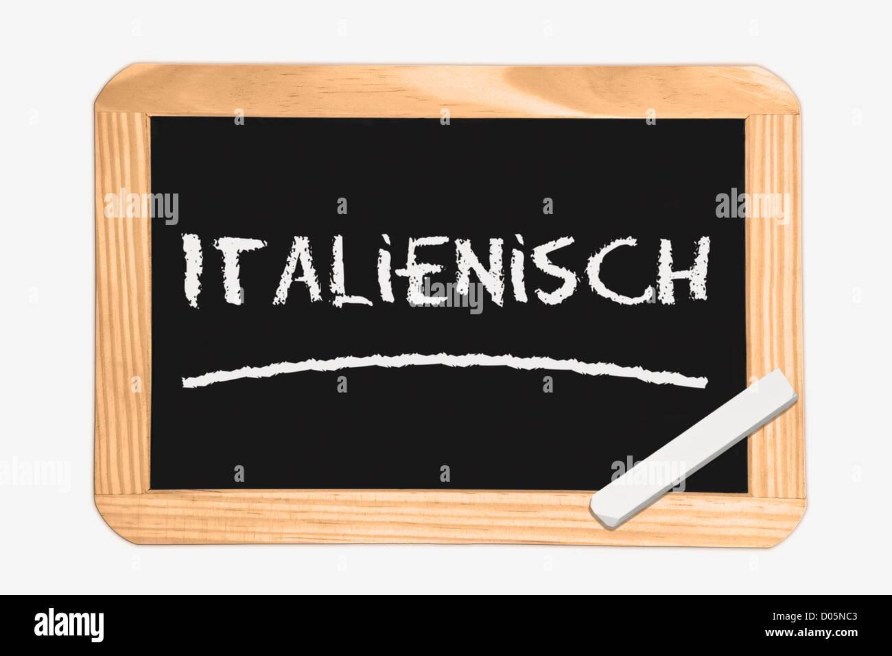 Detail-Foto von einer Tafel mit deutscher Inschrift Italienisch, weiße Kreide liegt in einer Ecke Stockbild