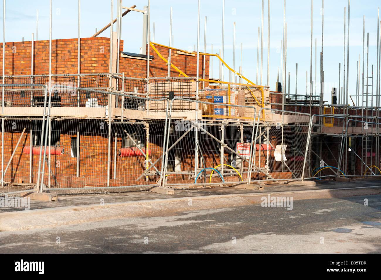 Baustelle für eine neue Wohnsiedlung, UK. Gerüst um ein neues Haus zu bauen. Stockbild