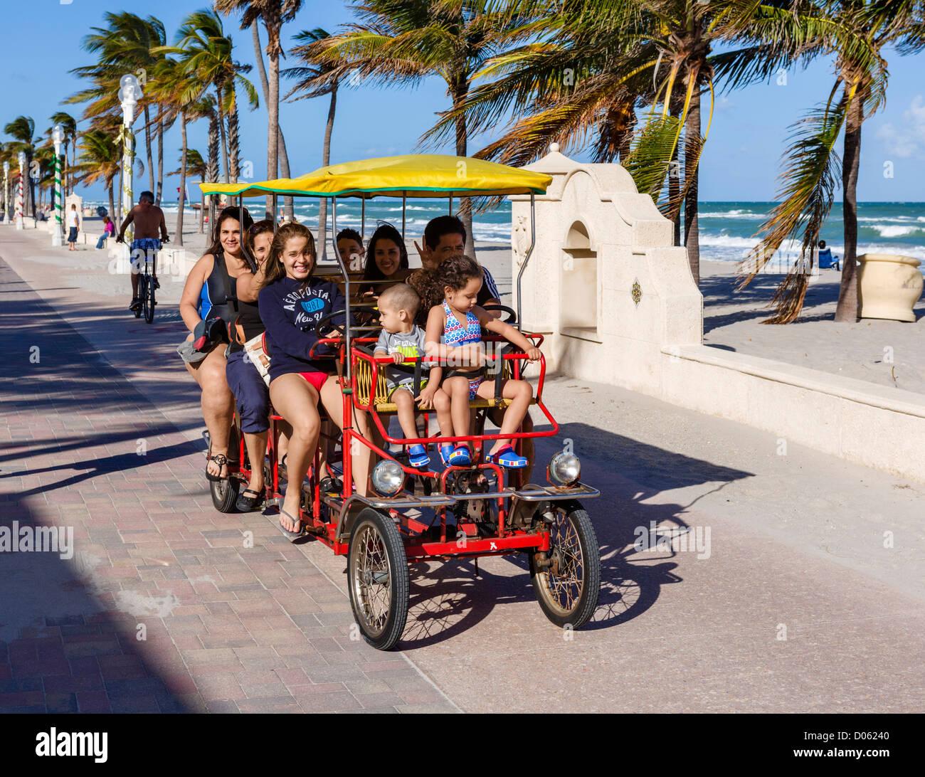 Touristen in eine vierrädrige auf der Promenade in Hollywood, in der Nähe von Fort Lauderdale, Broward Stockbild