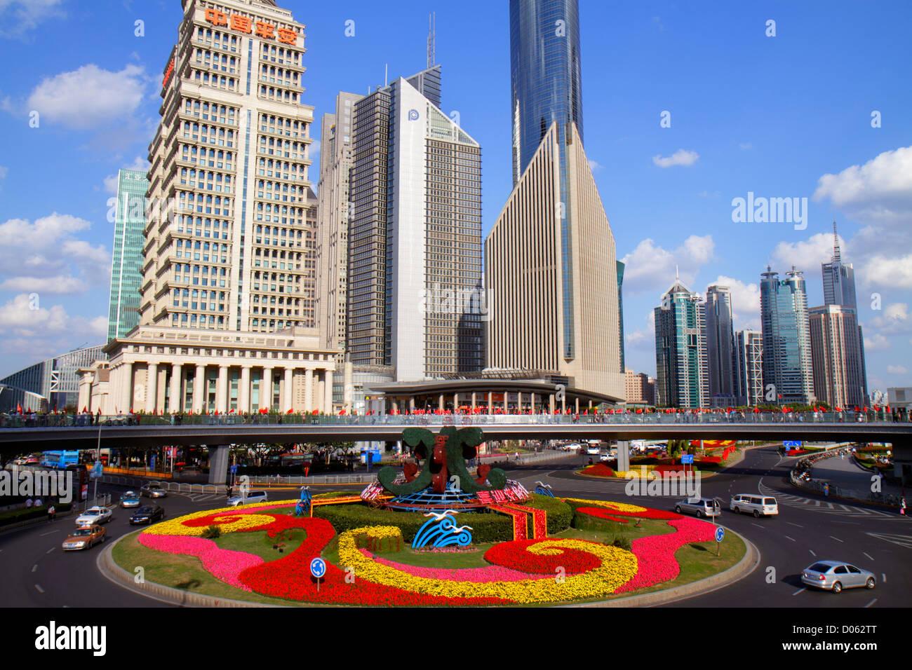 Shanghai China Pudong Lujiazui Financial District Lujiazui Fußgängerbrücke Blick vom Kreisverkehr Stockbild