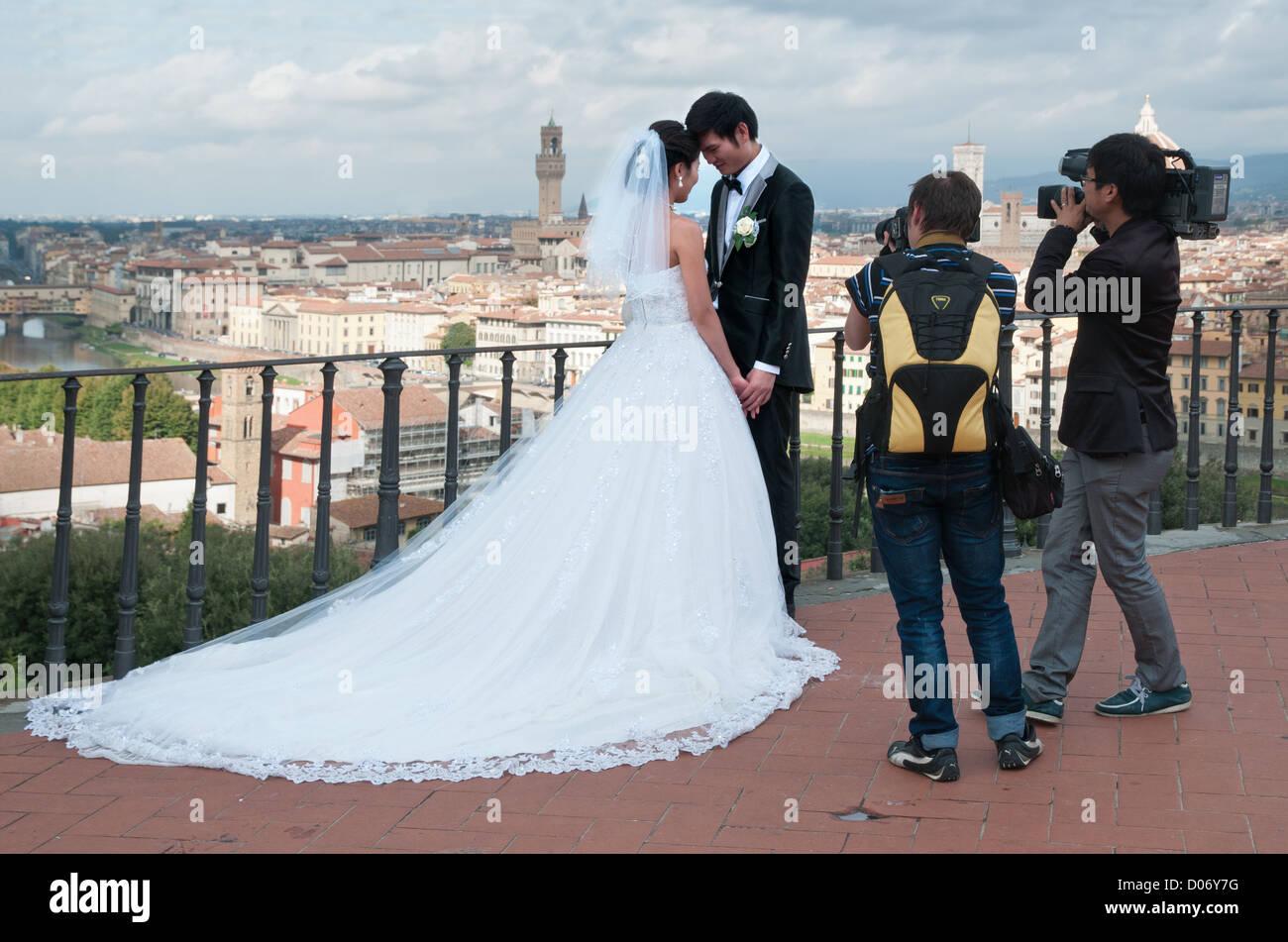 Chinesisches paar Braut und Bräutigam posieren für Hochzeitsfotos ...