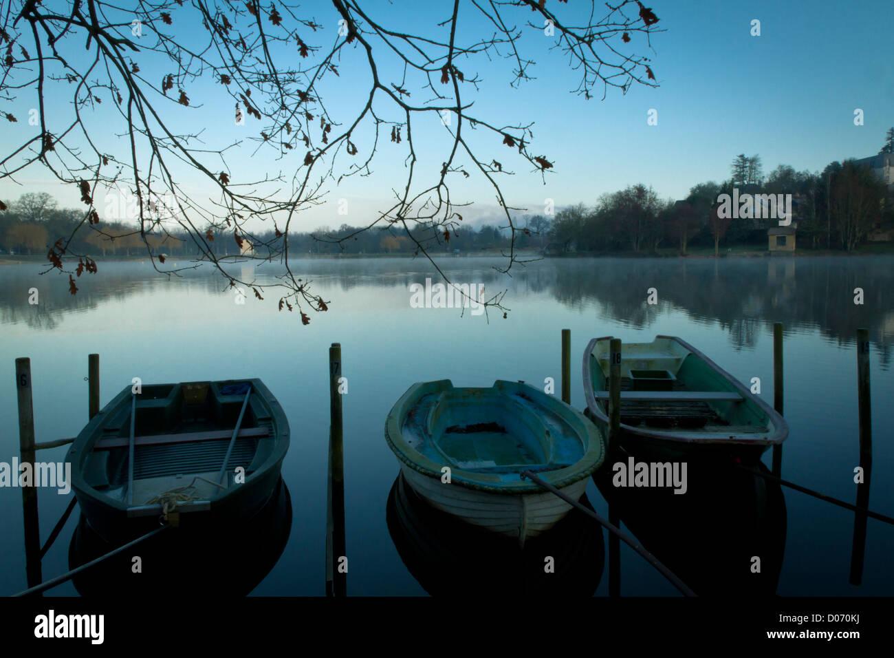 Leeren Boote vertäut am See auf Land, Frankreich, Europa. Stockbild