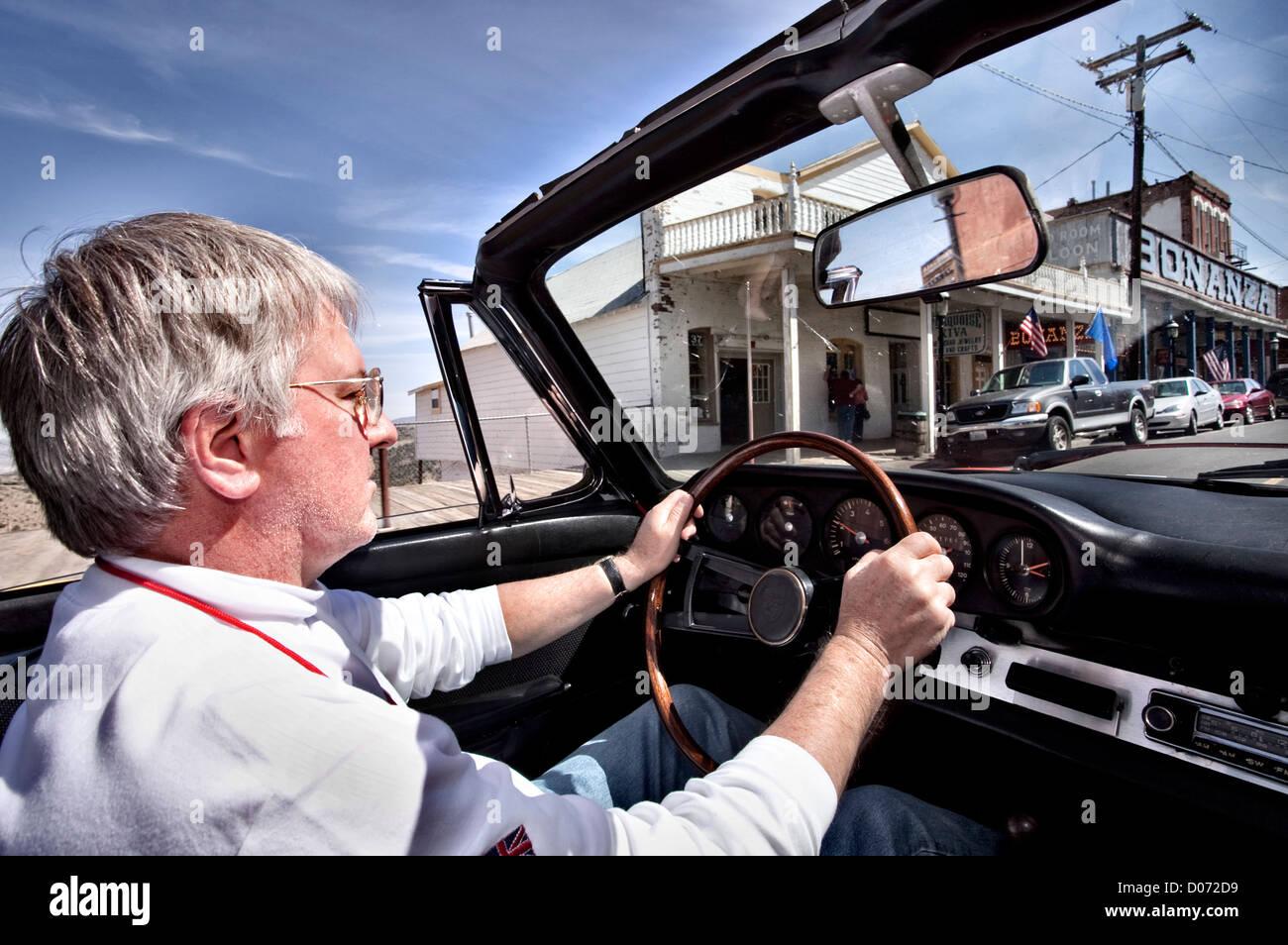 Oldtimer-Besitzer fahren Porsche 912 Virginia City Nevada USA Stockbild