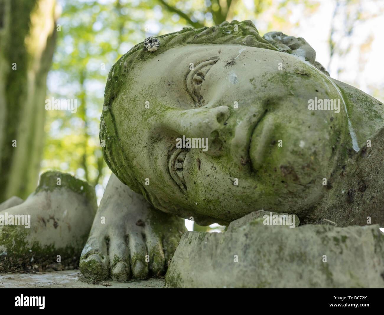 Kopf Und Fusse Einer Zertrummerte Stein Garten Skulptur In Einem Englischen Garten Stockfotografie Alamy