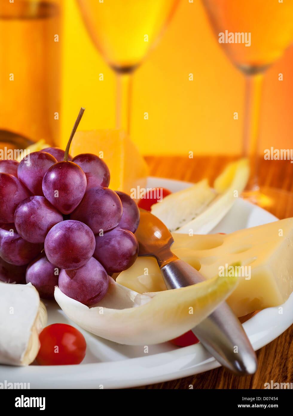 Bild von zwei Glas Sekt und Weintrauben mit Käse auf der Platte ...