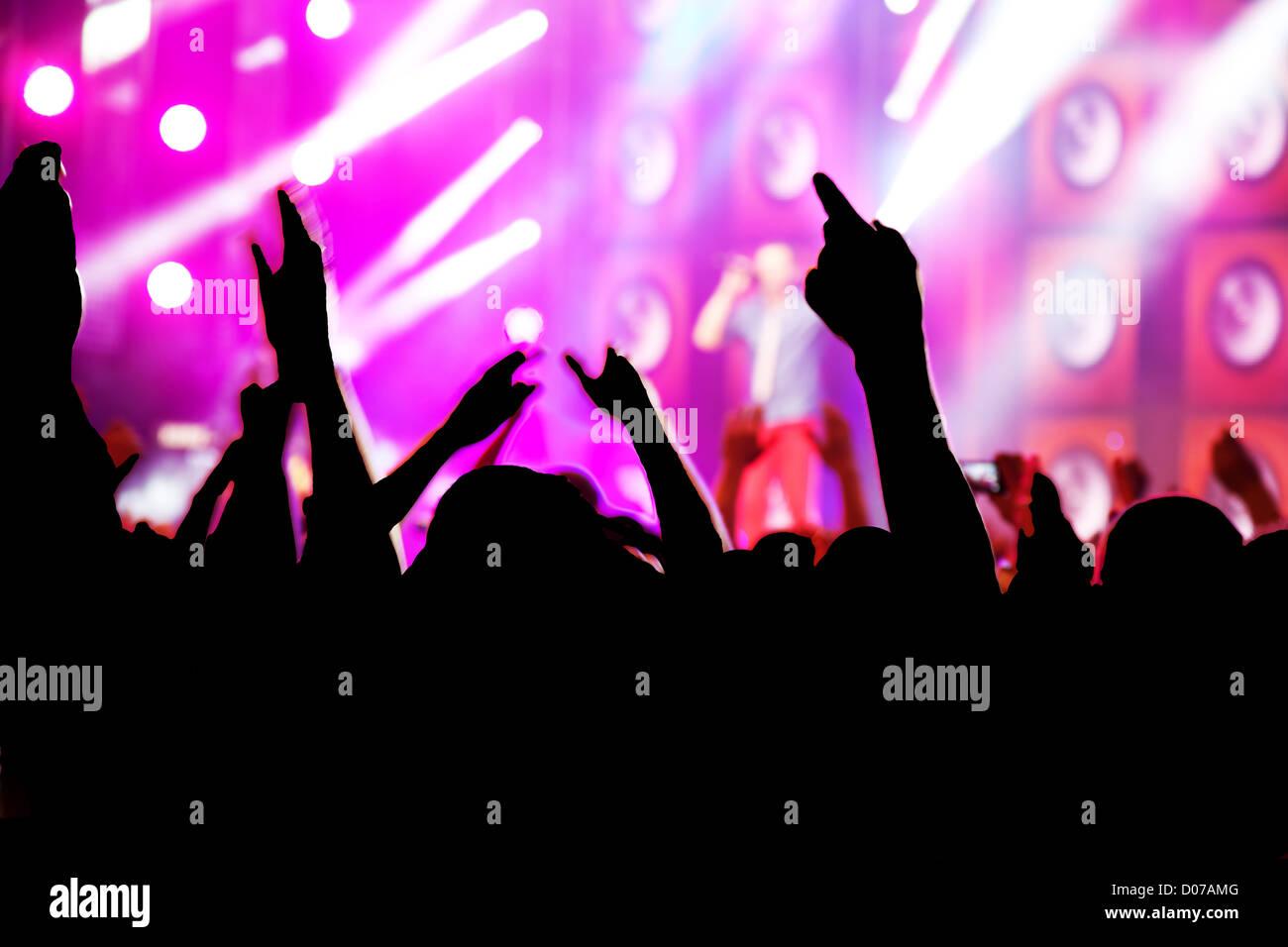 Menschen mit Händen, Spaß auf einem Konzert / disco Party. Stockbild