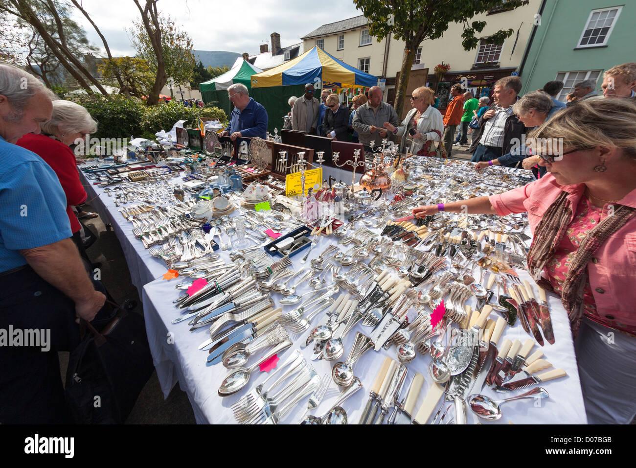 Gebrauchte Tafelsilber und Besteck zum Verkauf im Markt stehen, Abergavenny Food Festical, Wales, UK Stockbild