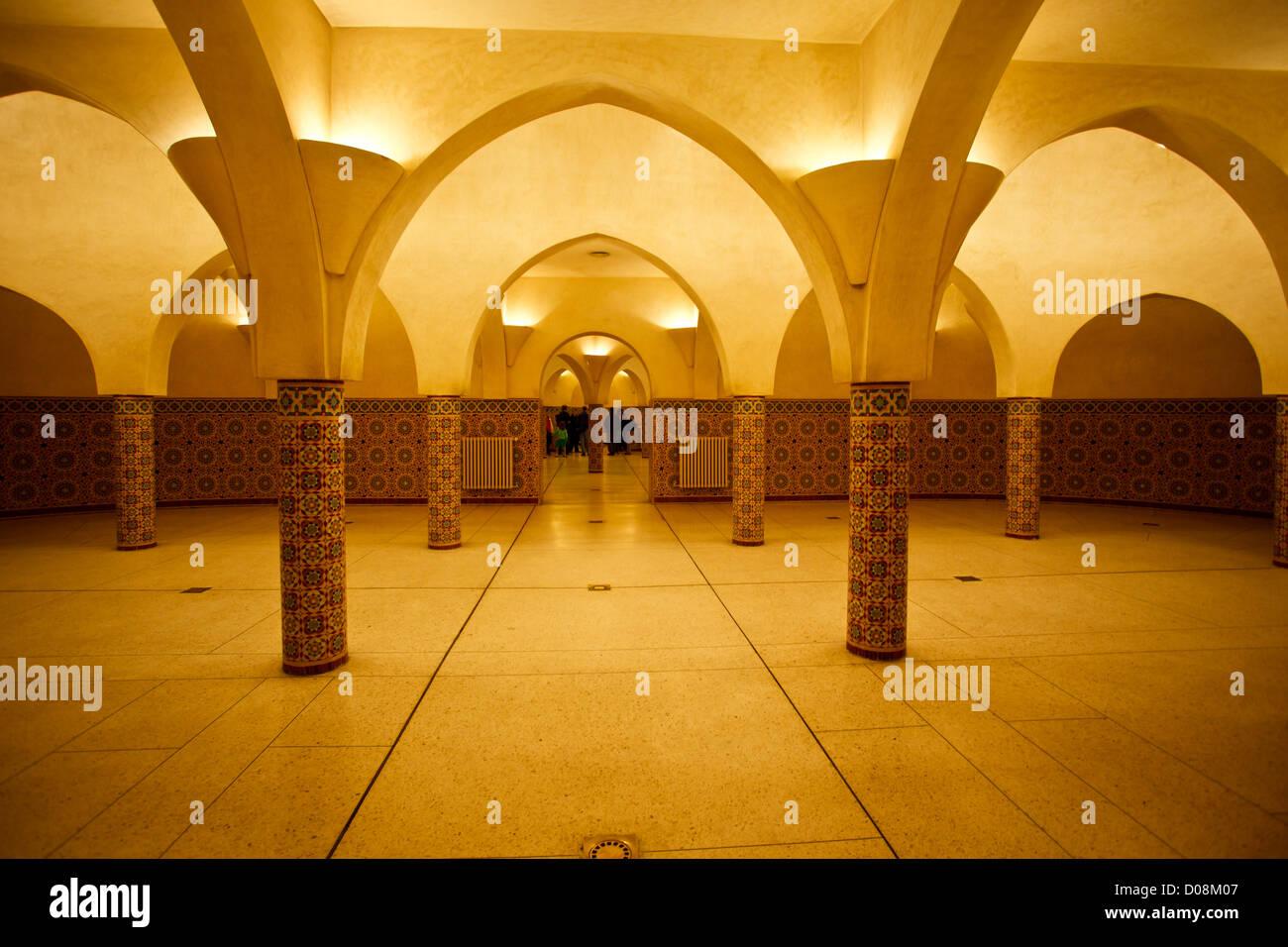 Innen beleuchteten b gen und mosaik fliesen von hamam t rkisches bad in der moschee hassan ii in - Bad fliesen turkis ...
