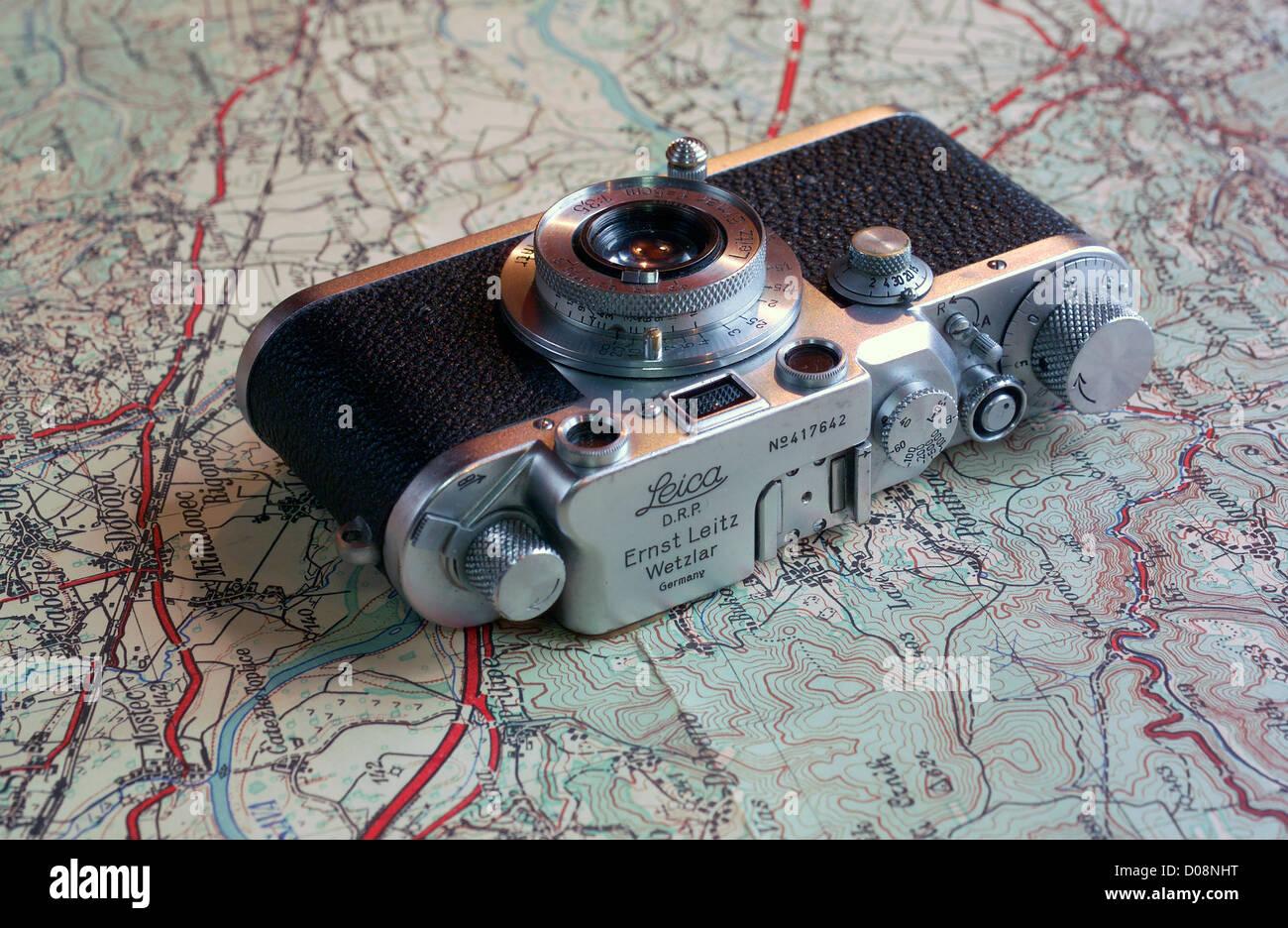 Messsucherkamera Leica IIIc aus den 1930er Jahren auf Reisekarte Stockbild
