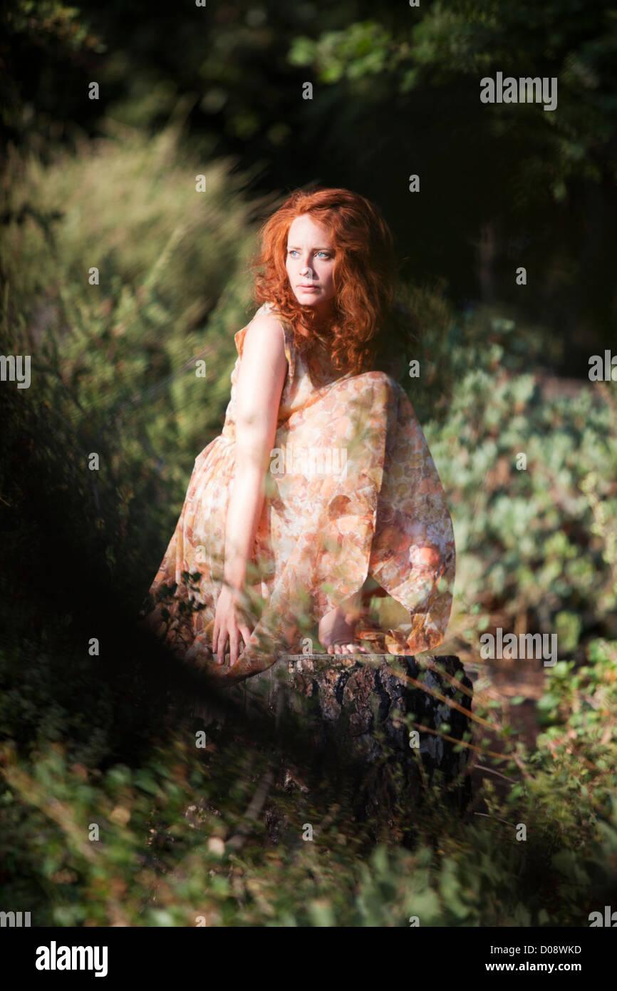 Verträumte Bild eines Mädchens im Wald Stockbild